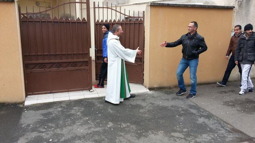 Des prêtres catholiques accueillent les musulmans à leur arrivée à la mosquée des Sablons, au Mans