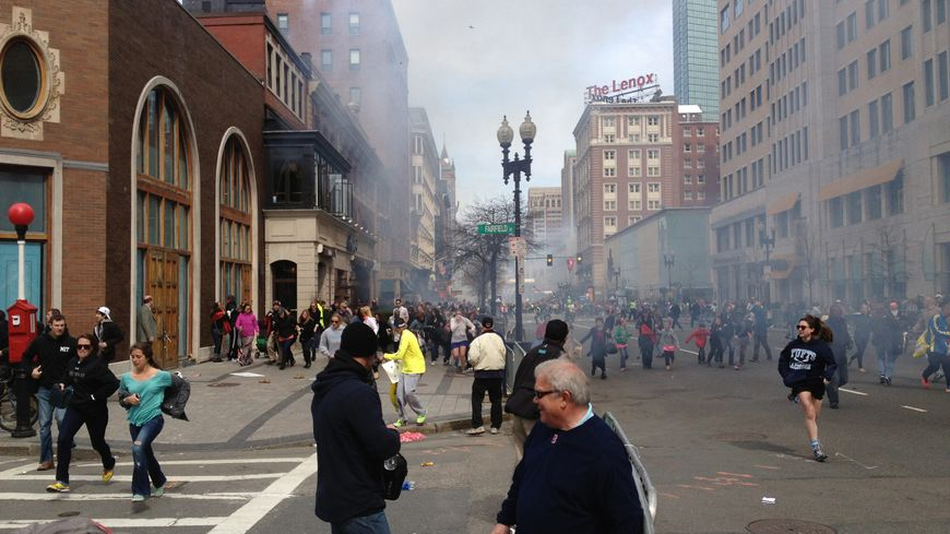 L'image des attentats de Boston qui a permis d'identifier Djokhar Tsarnaev (à gauche avec une casquette blanche)