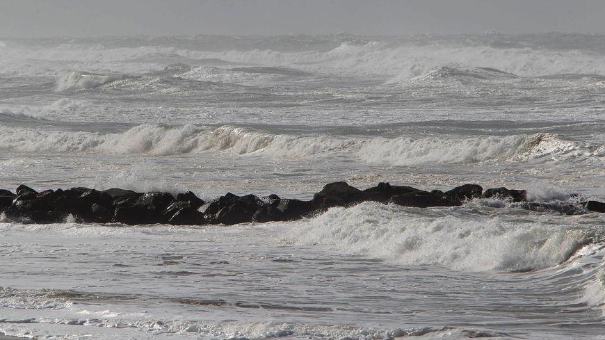 Grandes marées en Aquitaine - Lacanau subit l'assaut des vagues et du vent en février 2014