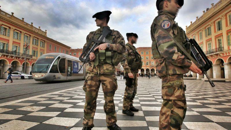 Les militaires patrouillent sur la place Masséna à Nice dans le cadre du plan vigipirate