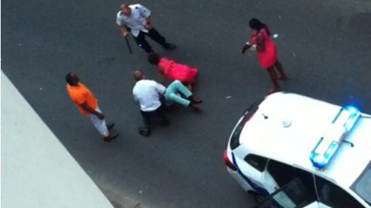 Capture d'écran de la vidéo montrant l'intervention litigieuse de policiers à Joué-les-Tours.