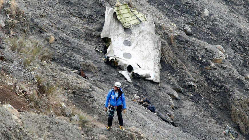 Un membre des secours sur le site du crash de l'A320, le 25 mars 2015
