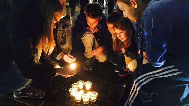 Des milliers de bougies en hommage à la nageuse Camille Muffat à Nice