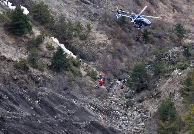 Crash de l'Airbus A320 : les premiers corps ont été hélitreuillés mercredi.
