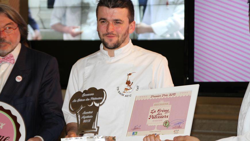 """Jefferson Avellaneda recevant son prix """"Crème des pâtissiers"""""""