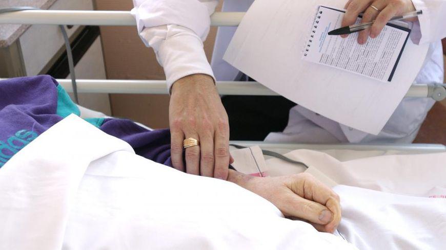 Le texte vise à plonger les patients en fin de vie dans une sédation profonde et continue, jusqu'à la mort.