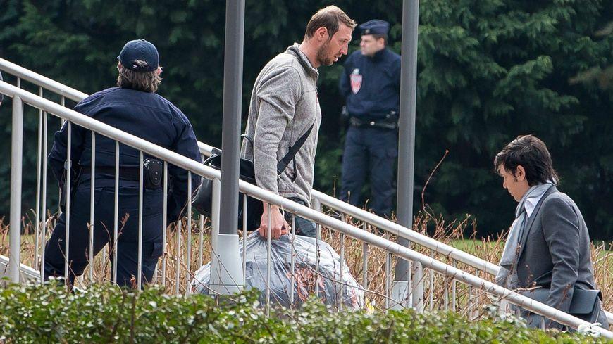"""Alain Bernard, l'un des rescapés de """"Dropped"""" à son arrivée l'aéroport parisien de Roissy Charles-de-Gaulle"""