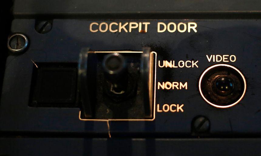 """A l'intérieur du cockpit, il est possible de bloquer la porte en abaissant le bouton sur """"lock"""". - Reuters"""