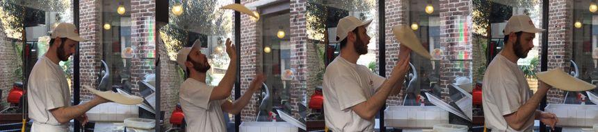 Avec Cyril, pizzaiolo lensois, une pâte prête à être garnie en quelques secondes.  - Claire Mesureur - Radio France