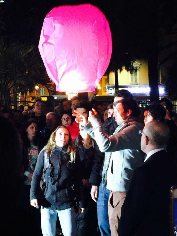 Un ballon a été lancé dans le ciel en hommage à la nageuse et championne olympique - Violaine Ill / Radio France
