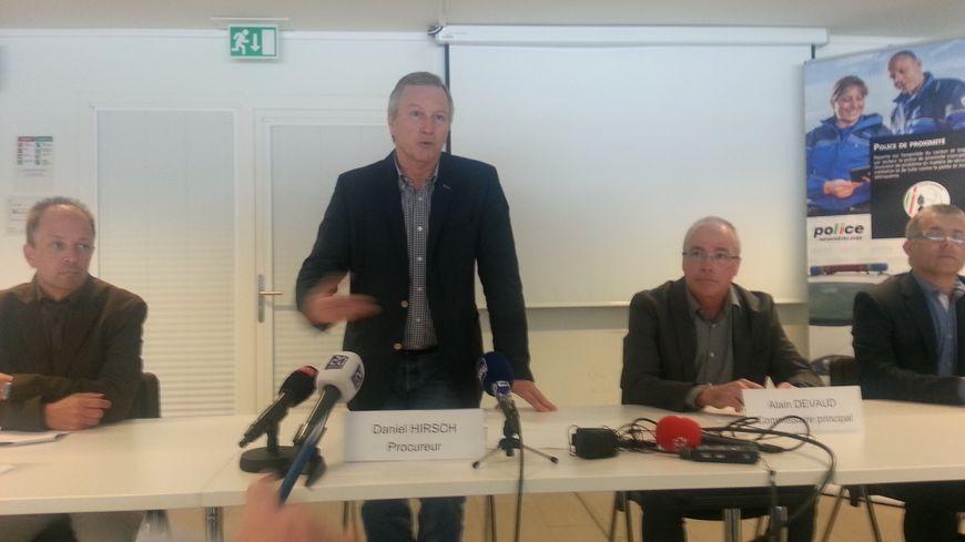 Le procureur général de Neuchatel Daniel Hirsch entouré des commissaires Alain Devaud (à sa droite) et Phlippe Bongard (à sa gau