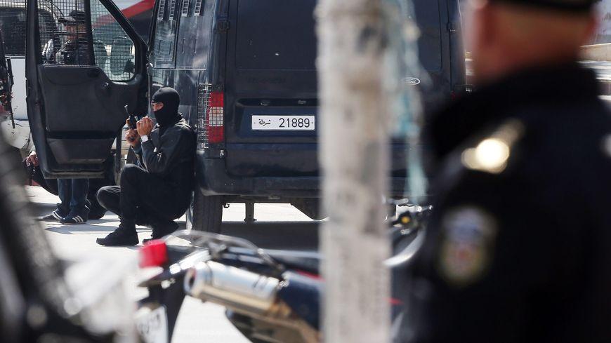 Les forces de sécurité tunisiennes lors de l'attaque, le 18 mars 2015 à Tunis.