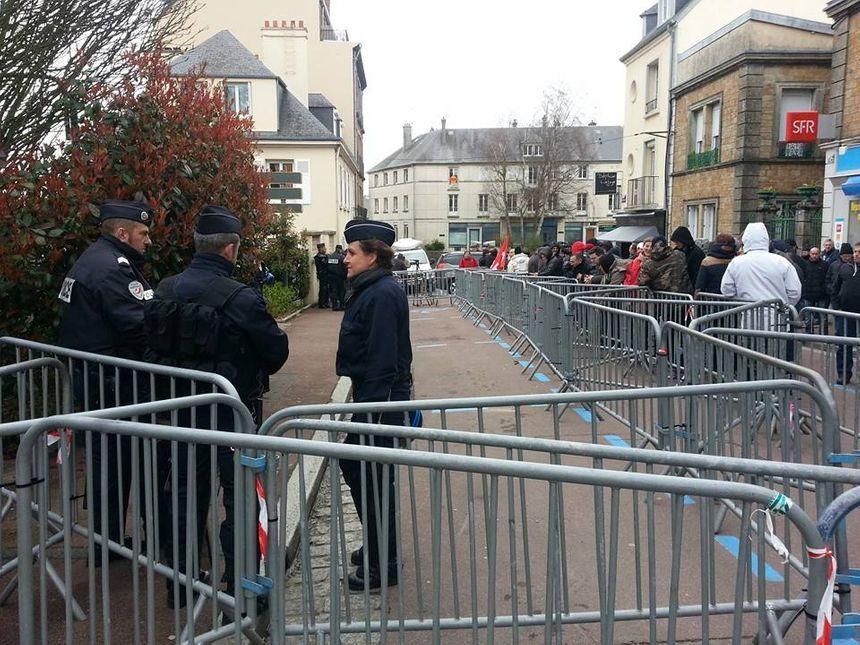 Les salariés sont rassemblés devant le tribunal de commerce de Coutances dans l'attente de la décision - Sébastien Berriot - Radio France