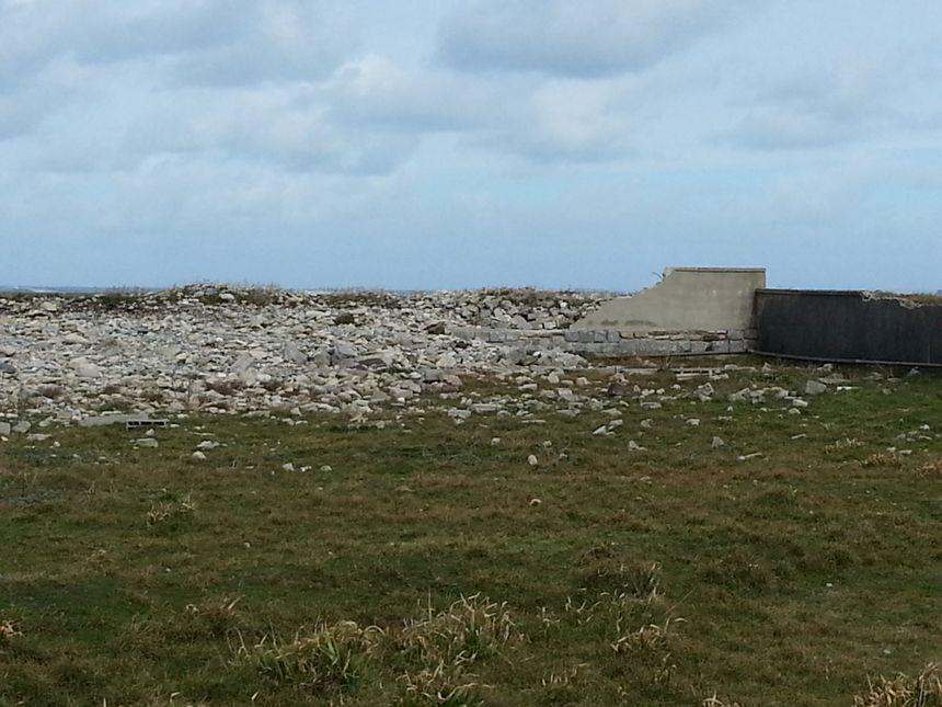 Mur de pierres affaissé au pied du phare de l'île de Sein après le passage des dernières tempêtes - Mikaël Roparz-Radio France