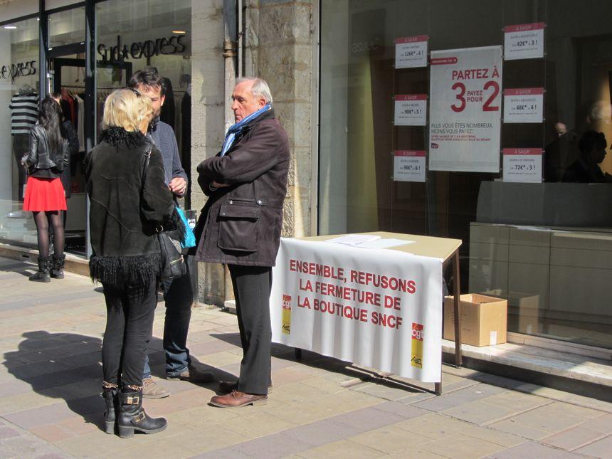 Ce lundi après-midi, la CGT a recueilli 627 signatures contre la fermeture de la boutique SNCF de la rue du bourg à Dijon. - Radio France