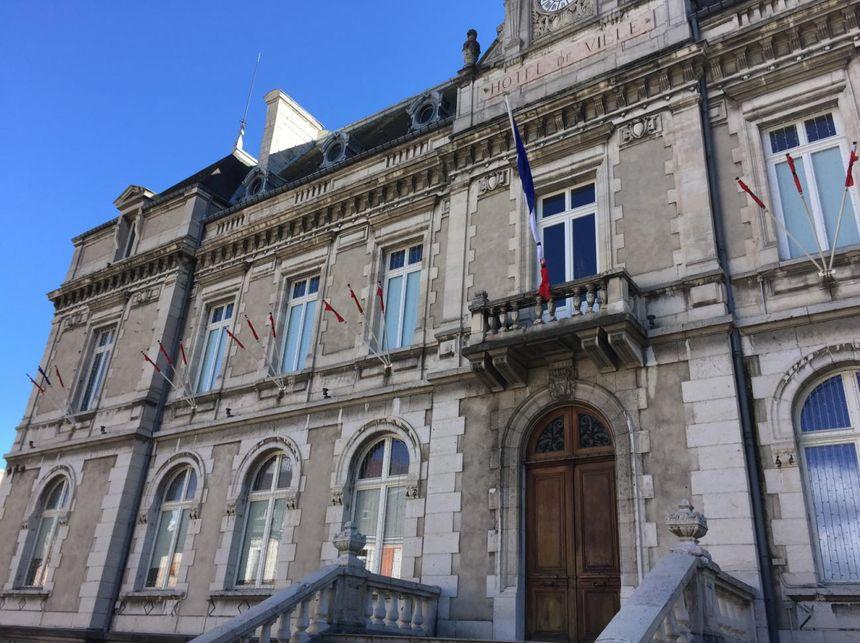 Les drapeaux de la mairie de La Mure ont été placé en berne dès l'annonce de la mort de Fabrice Marchiol. - Radio France