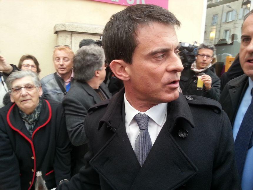 Déambulation de Manuel Valls dans les rues de Privas - Radio France