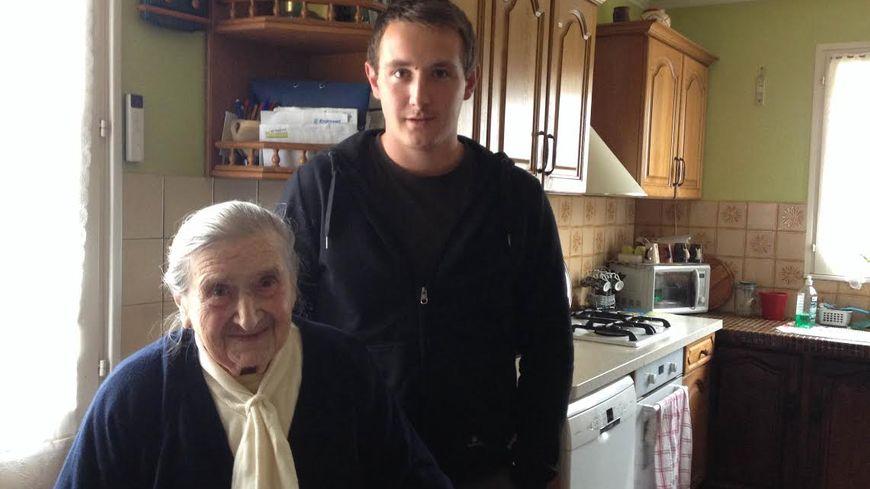 Olympe, 102 ans, et son petit-fils, 21 ans, sont allés voter ensemble dimanche.