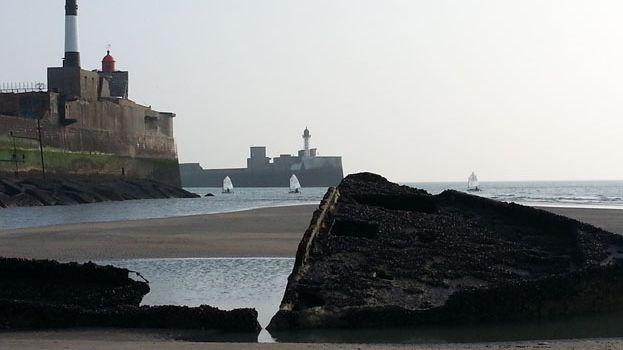 Plusieurs morceaux d'épaves de navires coulés au pied de la digue Nord du port du Havre sont facilement accessible à pied.