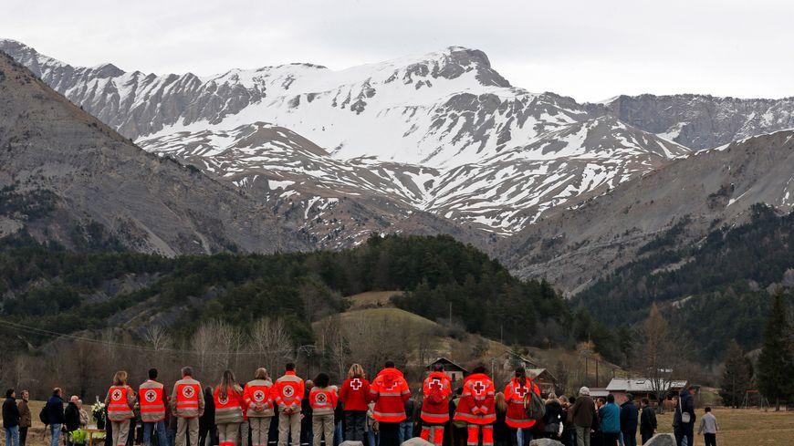 Les secouristes et les gendarmes se recueillent devant le mémorial pour les victimes du crash de l'A320 au Vernet