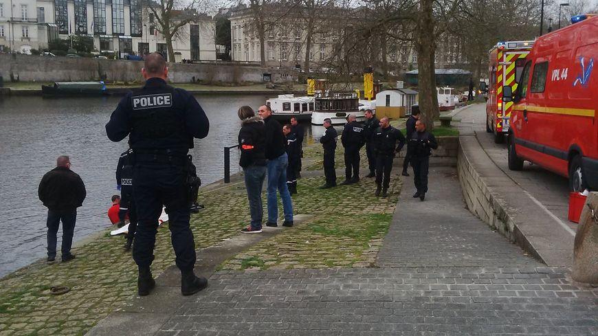 Les policiers nantais près du Pont Saint Mihiel après la découverte d'un cadavre dans l'Erdre