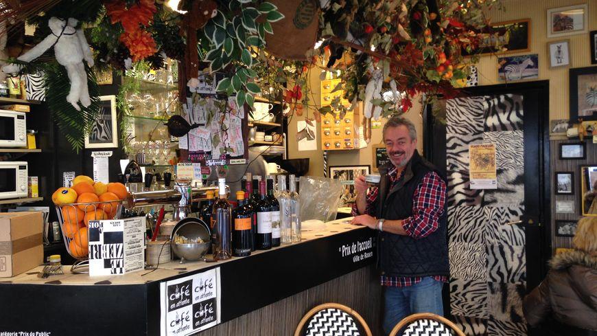 Le patron du Zèbre à Pois, dans le centre-ville, fait partie des rares à continuer les cafés en attente.