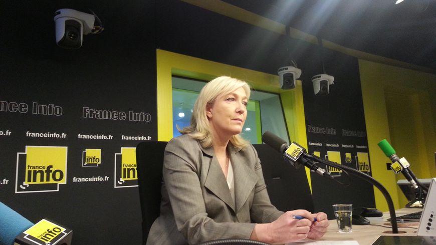 Marine Le Pen dans les studios de France Info pour le Forum France Bleu / France Info