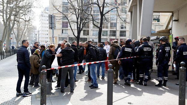 Badauds sur le cours Belsunce à Marseille, après les tirs
