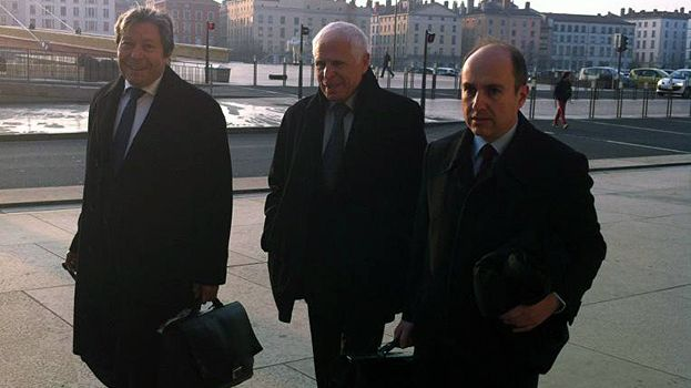 Christian Iacono et ses avocats arrivent devant la cour d'assises du Rhône à Lyon.