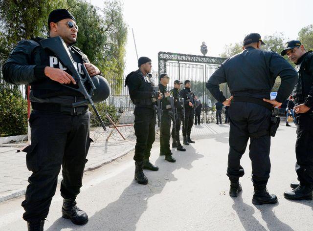 Policiers à l'entrée du musée du Bardo