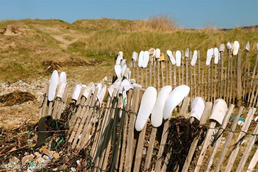 Déchets récupérés sur les côtes après la perte de conteneurs en mer