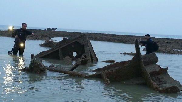 Les plongeurs du Grieme explorent l'épave du Chevington à marée basse au petit matin.