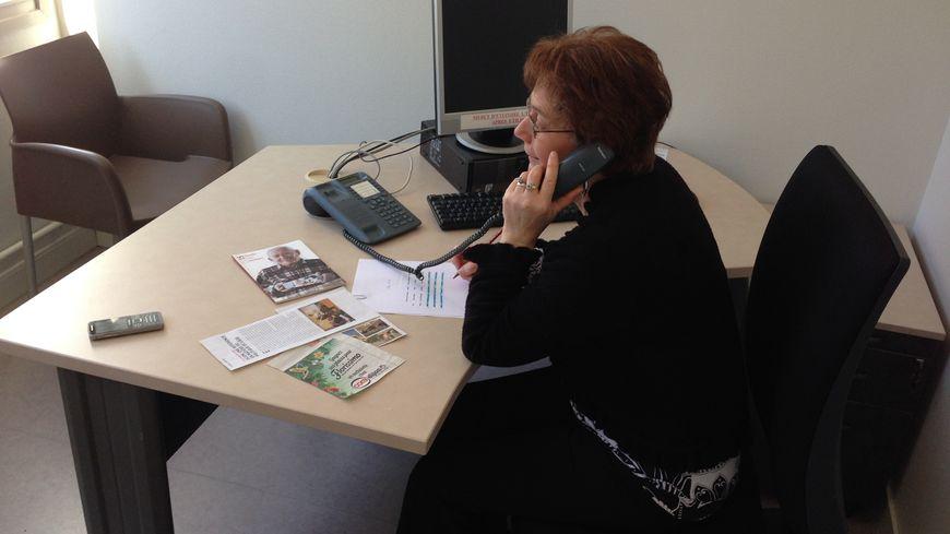 Bernadette bénévole à la maison des séniors appelle une fois par semaine les personnes âgées isolées à Dijon