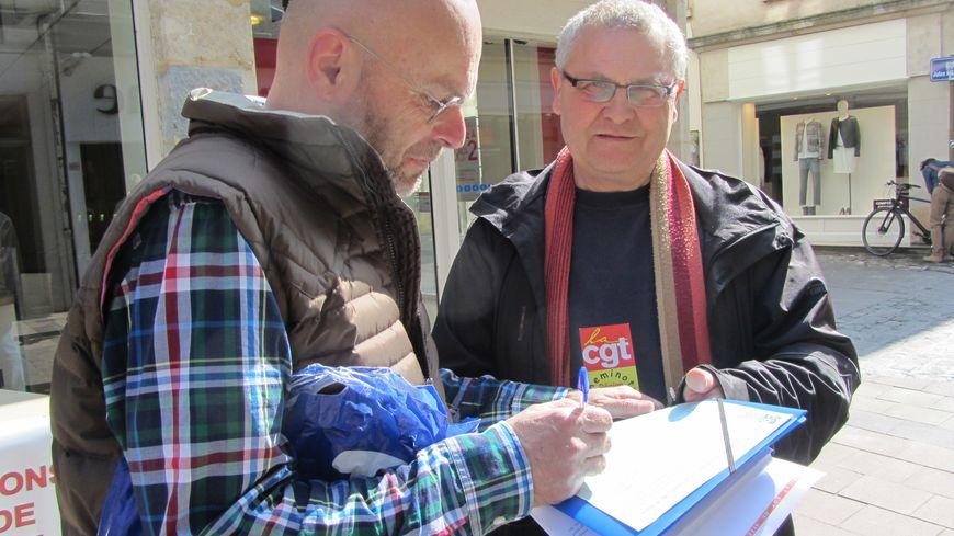 Beaucoup d'usagers ont appris la fermeture de la boutique au moment de signer la pétition.