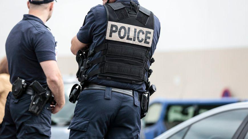 Des policiers en uniforme. (image d'illustration)