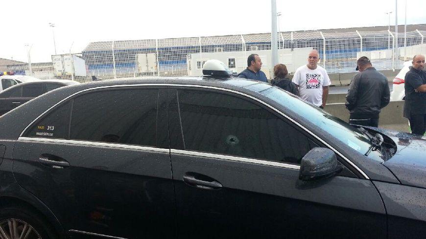 Un taxi vis par des tirs de gros calibre marseille for 3 fenetres marseillais
