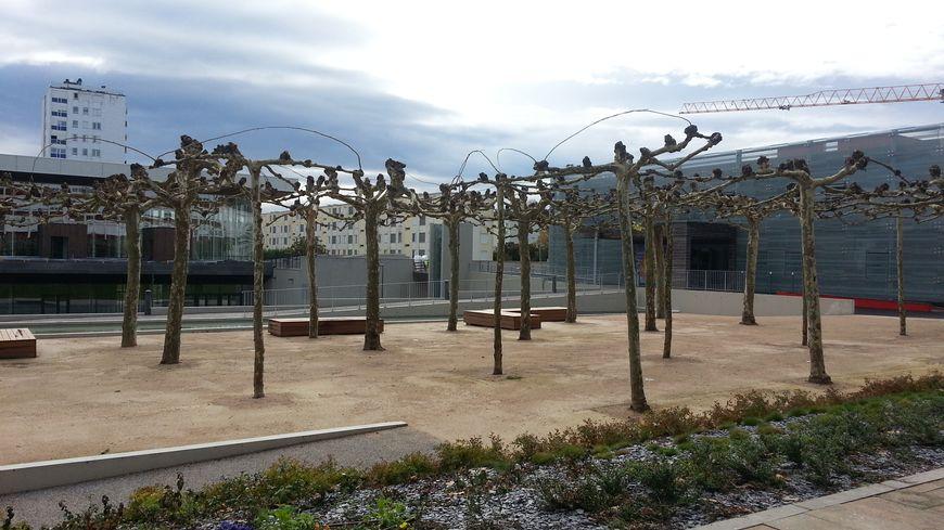 La nouvelle ville nouvelle de mourenx sort de terre for Piscine de mourenx