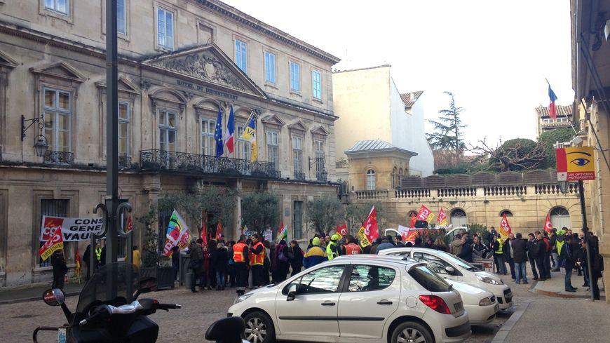 Manifestation devant l'hôtel du département