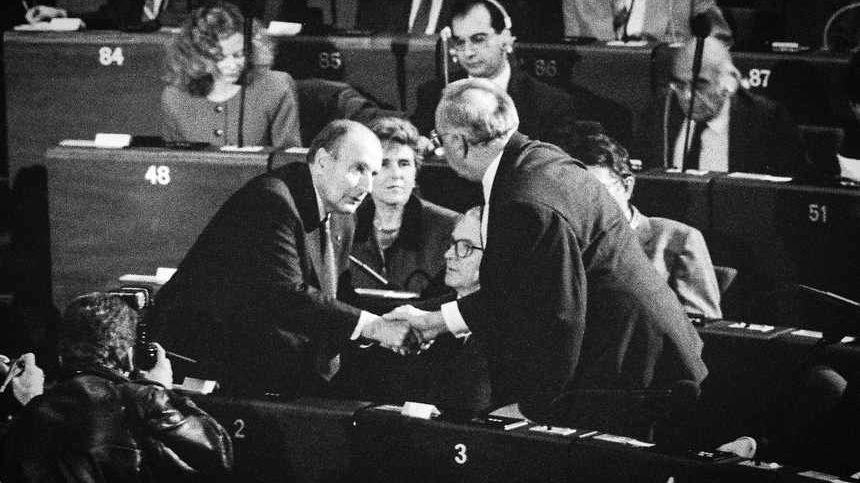 Le couple Mitterrand-Kohl en novembre 1989 au Conseil de l'Europe à Strasbourg