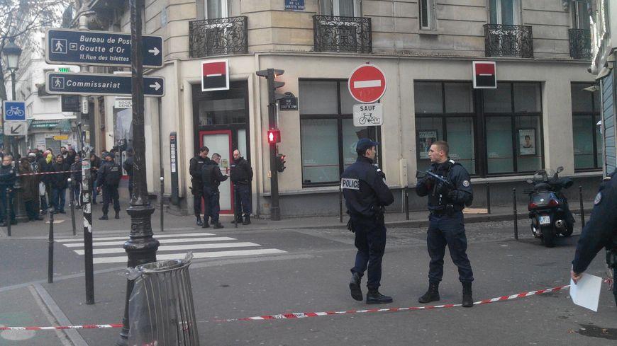 L'entrée de la rue de la Goutte d'Or bouclée après l'attaque du 7 janvier 2016.