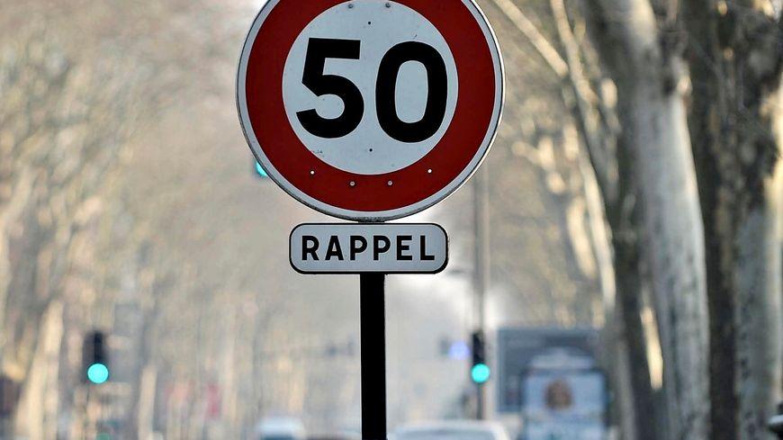 Un panneau de limitation de vitesse à 50 km/h