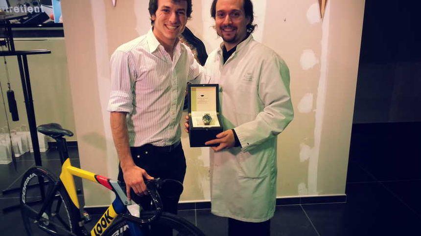Clément Leroy et Alexandre Bianchi lors de la remise de la montre. - Radio France