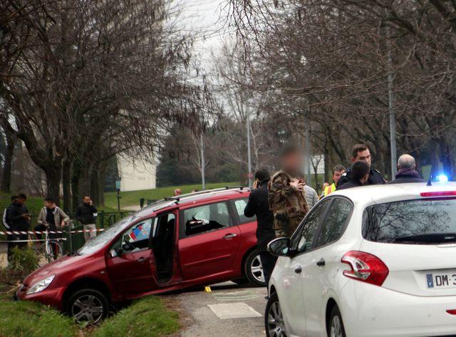 Valence : un homme lance sa voiture contre des militaires