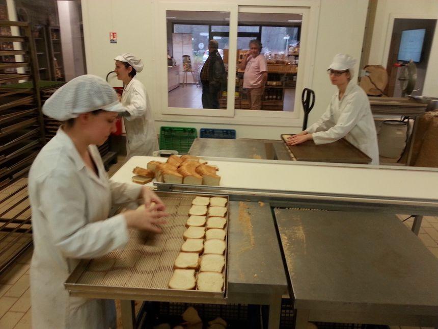 Les tranches de pain de mie sont déposées sur des grilles avant cuisson - Radio France