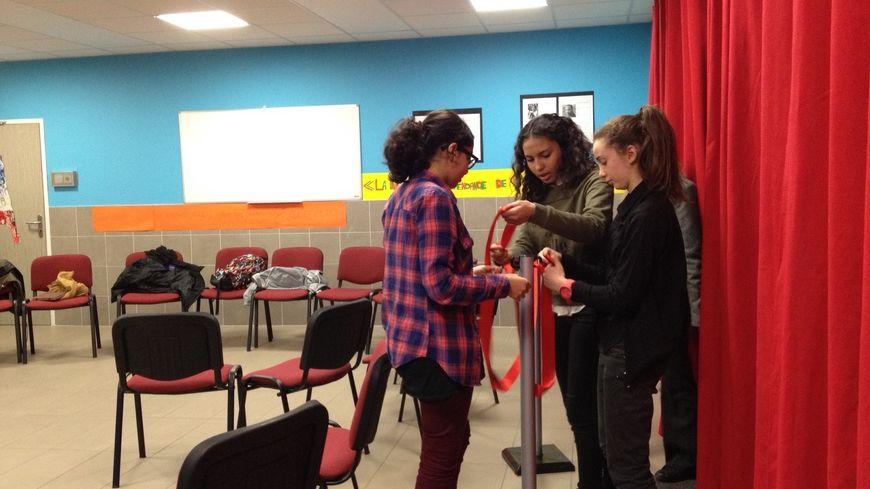Cinq élèves de troisième ont participé à l'installation de la salle des débats.