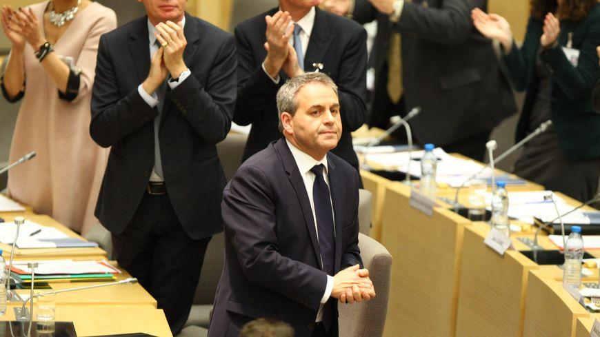 Xavier Bertrand applaudi après son élection à la présidence de la région