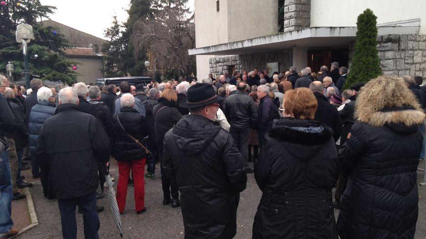 Beaucoup n'ont pas pu entrer dans l'église pour assister aux obsèques.