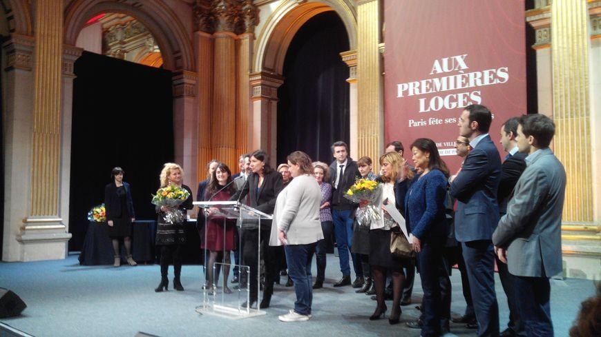La maire de Paris décore 7 gardiens d'immeuble à l'hôtel de ville