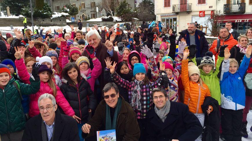 Jacques Perrin (au centre) avec les enfants de Chamonix.