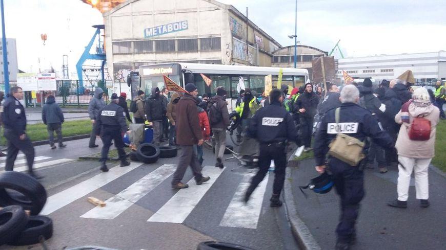 Vers 9h, les militants ont été repoussés pour que la circulation reprenne.